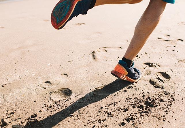 Бег по песку: техника, особенности, плюсы и минусы